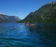 Kajak fahren zwischen Bergen