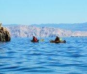 Kajak fahren entlang der Inselküste