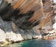 Kajak-Gruppe paddelt entlang der Küste