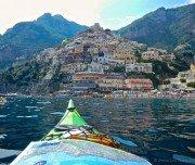 Sicht vom Kajak auf die Küstenstädte der Amalfiküste