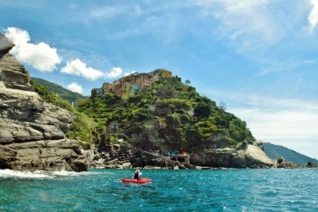 Kajakfahrer an der Ligurischen Küste