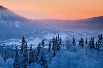 Verschneite Landschaft bei Sonnenaufgang