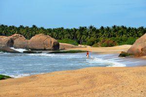 Frau am Strand Sri Lanka