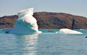 Kajak fahren zwischen Eisbergen