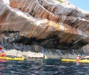 Kajak Fahrer unter Kliff
