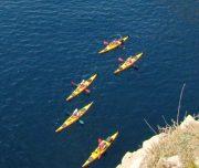 Kajakgruppe entlang der Küste von oben