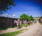 Reiter im Dorf
