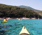 Kajakfahrer im türkisen Wasser