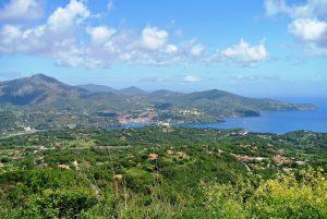 Blick auf Porto Azzurro vom Mountainbike Trail