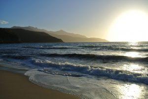 Sonnenuntergang an einem wunderschönen Strand
