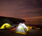 Zelte bei Nacht in einer Bucht im Oman