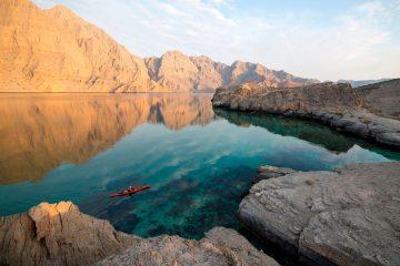 Kajakfahrer in Bucht im Oman