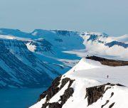 Tourenski-Geher nähern sich Gipfel