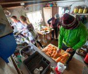 Gemeinsames Kochen in Hütte