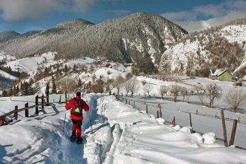 Schneeschuhwanderer in Karpaten