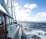 Segelboot in Fahrt bei Svalbard