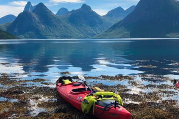 Kajaks am Strand im Fjord