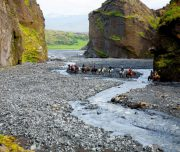 Reiter entlang eines Flusses