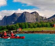 Kajakfahrer im Doppelkajak im Fjord