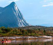 Kajakfahrer im Fjord mit Blick auf die Berge