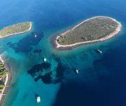 Inseln von oben im türkisblauen Wasser