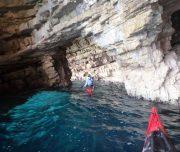 Kajakfahrer in Höhle