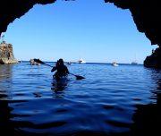 Kajakfahrer verlässt Höhle