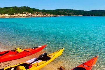 Kajaks am Strand auf Sardinien
