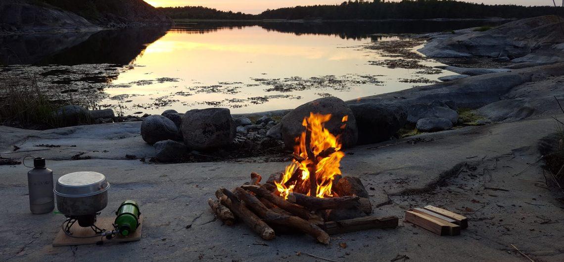 Lagerfeuer und Outdoor Küche am Ufer