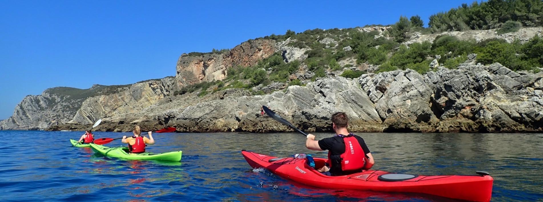 Kajakfahrer an der Küste des Naturparks Arrabida