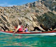 Paddler vor Felsen im Naturpark Arrabida