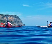 Kajakfahrer paddeln an der Atlantikküste